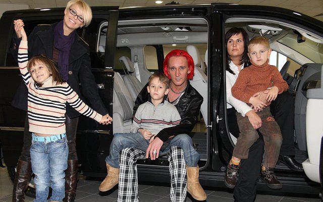 Michałowi udało się zebrać w salonie samochodowym prawie całą rodzinę. Pojawiła się Mandaryna z dziećmi, oraz najnowsza partnerka Dominika Tajner-Idzik z synem. Zabrakło tylko Ani Świątczak.