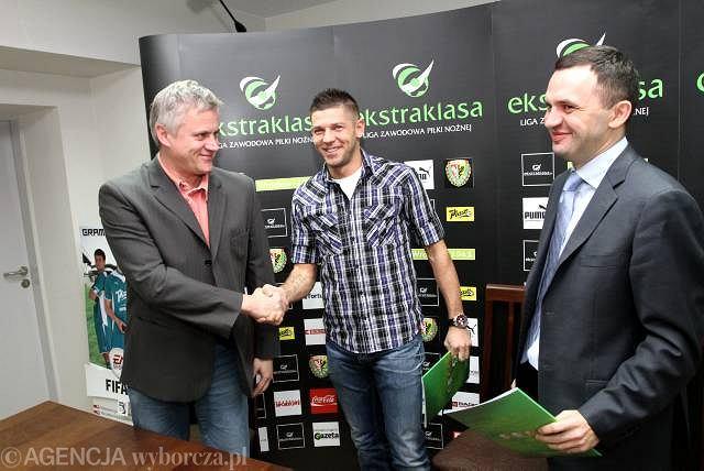 Rok 2010: Od lewej dyrektor Krzysztof Paluszek, Amir Spahić i prezes Piotr Waśniewski podczas podpisania kontraktu zawodnika ze Śląskiem Wrocław