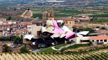 Winnica i hotel Marques de Riscal obok miasta La Guardia w regionie Rioja, Hiszpania. Projekt Franka O. Ghery'ego