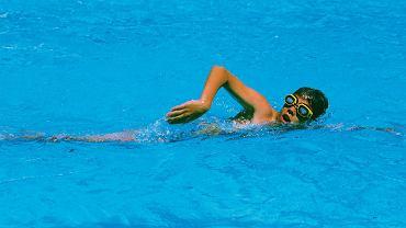 Dzieciom chorym na astmę nie należy zakazywać uprawiania sportu. Jeśli aktywność fizyczna odbywa się pod kontrolą lekarską, jest wręcz wskazana. Sportami zalecanymi pacjentom chorym na astmę są: pływanie, koszykówka oraz biegi narciarskie