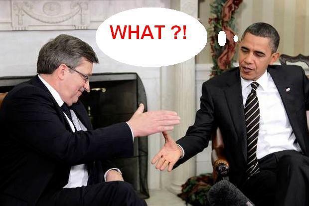 8 grudnia 2010 roku,Waszyngton. Prezydent Komorowski po raz pierwszy spotyka się z Barackiem Obamą w Białym Domu. - Bo z Polską i USA to jest, panie prezydencie, jak z małżeństwem. Swojej żonie należy ufać, ale trzeba sprawdzać, czy jest wierna - zagaił rubasznie Komorowski. Obama wyraźnie nie wiedział, jak zareagować.