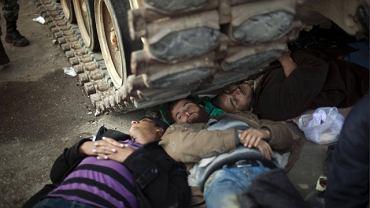 Śpiący pod gąsienicami czołgu protestujący chcą zapobiec wyprowadzeniu maszyn z placu