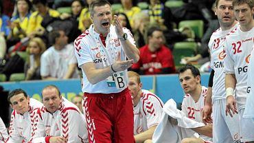 Trener polskiej kadry piłkarzy ręcznych Bogdan Wenta z zawodnikami