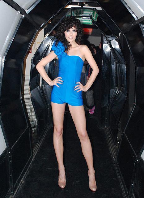 Ramona Rey w niebieskim body projektu Jakuba Pieczarkowskiego
