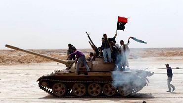 Droga pomiędzy Bregą i Ajdżabiją- rebelianci na przechwyconym czołgu