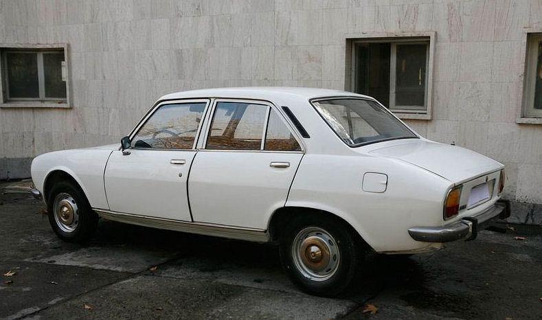 Peugeot 504 (1977) należący do Mahmouda Ahmadinejada został sprzedany za 2,5 mln dolarów