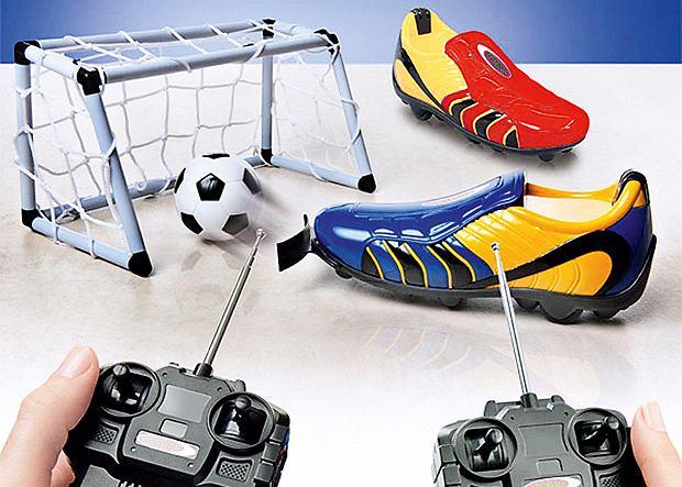 Remote-Controlled Football Boot. Dwa zdalnie kierowane korki poruszające się na czterech kółkach