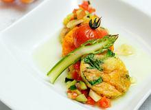Torcik z duszonych warzyw przekładanych ziołowymi omletami - ugotuj