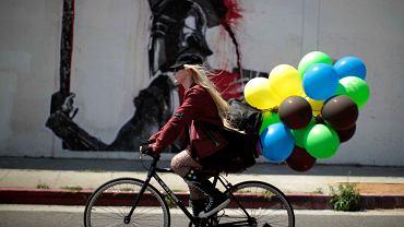 Dziewczyna na rowerze w Los Angeles (USA)