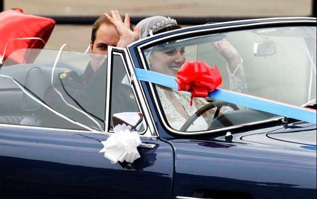 Teraz rozpoczyna się prywatna część ceremonii - zaproszeni goście udają się na wesele. Młoda para Kate i Williama opuszczają Pałac Buckingham, przed którym cały czas są tłumy?.
