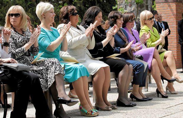 Gdy prezydenci krajów środkowo-wschodniej Europy debatowali o polityce, pierwsze damy wybrały się na swoją naradę - do Żelazowej Woli. Przodowała Anna Komorowska, która nie dość, że wyglądała pięknie to na dodatek świetnie zajmowała się damami Europy.