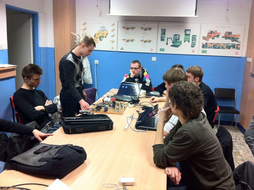 Zespół z Politechniki Wrocławskiej przy pracy nad łazikiem Scorpio