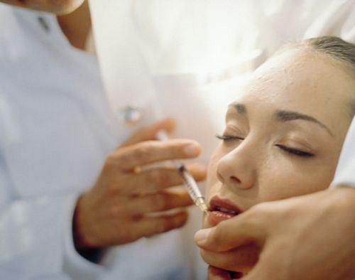 Wypełniacze. Użycie wypełniaczy zarówno typu wchłanialnego (jak kolagen stosowany do modelowania ust), jak i trwałego oraz półtrwałego, stale wzrasta. Są to substancje naturalne lub syntetyczne, które wstrzykuje się w skórę z użyciem bardzo cienkich igieł