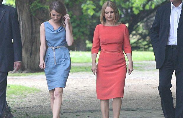 Kasia Tusk wybrała się z mamą Małgorzatą na spacer po Sopocie. Oczywiście towarzyszyli im oficerowie BOR. Kasia w błękitnej sukience a mama w czerwonej. Jak ogień i woda. Czyżby stylizacje były autorstwa Kasi?