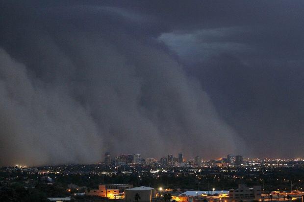 Burza piaskowa znana jako ''habub'' przeszła przez śródmieście Phoenix w stanie Arizona. Fotografowie nie próżnowali - zawdzięczamy im niesamowite zdjęcia żywiołu.
