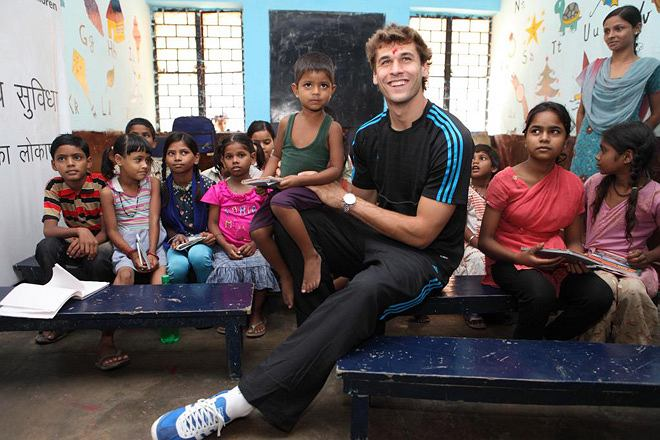 Fernando Llorente podczas podróży do Indii z organizacją charytatywną