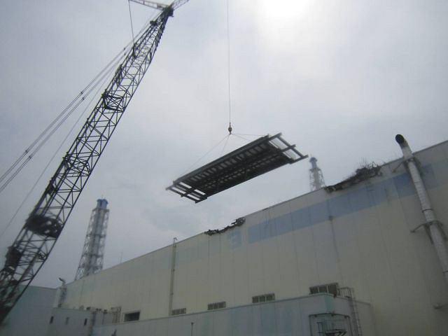 Naprawa dachu jednego z budynków elektrowni Fukushima (18 lipca 2011)