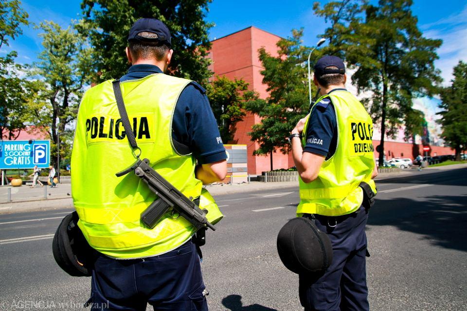 Policyjny patrol na ulicy Sienkiewicza w Łodzi