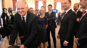 Pezydent RP Andrzej Duda oraz minister nauki i szkolnictwa wyższego Jarosław Gowin podczas uroczystości podpisania pierwszej ustawy innowacyjnej .