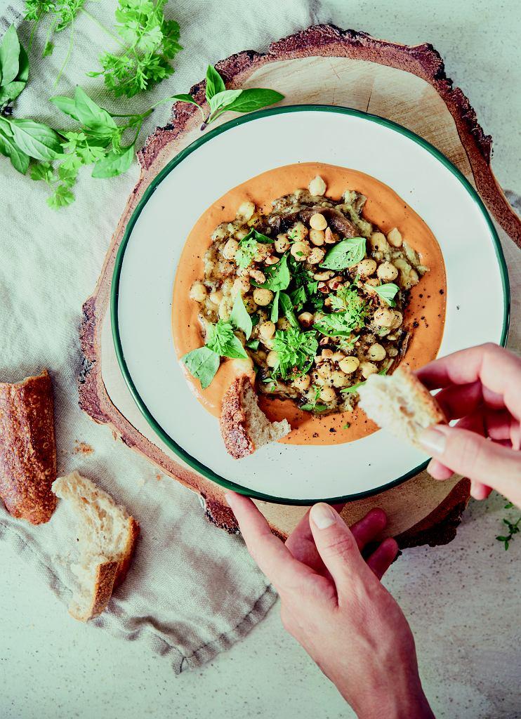 Grillowany bakłażan z sosem paprykowym