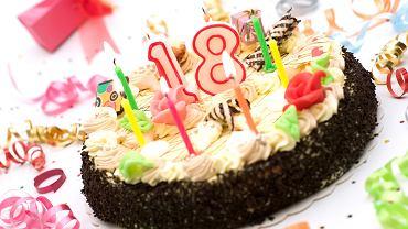 Tort na 18-stkę to smakołyk obowiązkowy. Często miejsce tych klasycznych słodkości zastępują inne ciasta, które pełnią funkcję tortu na osiemnaste urodziny