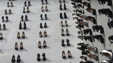 440 par szpilek upamiętnia ofiary przemocy domowej w Turcji.