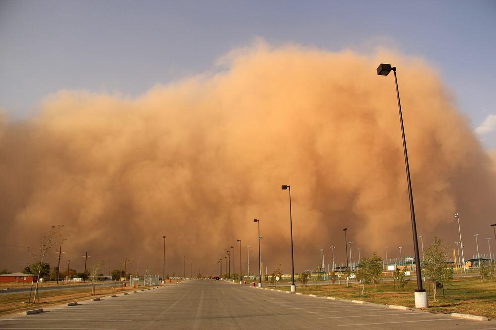 Burza piaskowa nadciągająca nad miasto (zdjęcie ilustracyjne)