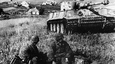 Czołg ciężki Tiger i grenadierzy pancerni z dywizji Waffen-SS Das Reich 10 lipca na Łuku Kurskim. Niemcy zdołali wyprodukować zaledwie 1,4 tys. czołgów tego typu. Tygrysy wzbudzały popłoch w szeregach wroga, ale produkcja tych drogich i skomplikowanych czołgów była czasochłonna, a ich silniki spalały ogromne ilości paliwa.