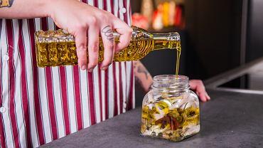 Oliwę warto wymieszać z olejem np. rzepakowym, aby nieco złagodzić jej smak.