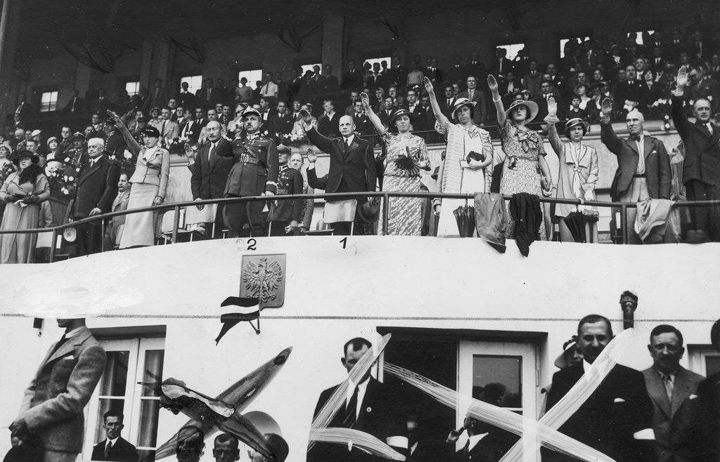 Mecz lekkoatletyczny kobiet Polska - Niemcy na Stadionie Wojska Polskiego im. Marszałka Józefa Piłsudskiego w Warszawie. Rok 1934 (fot. nac.gov.pl)