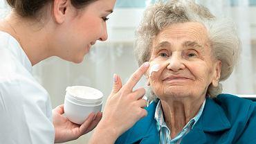 W walce z nadmierną suchością skóry seniora pomogą łagodne środki myjące oraz kremy lub balsamy, które złagodzą podrażnienia, odżywią i jednocześnie ochronią przed niekorzystnym wpływem czynników zewnętrznych.