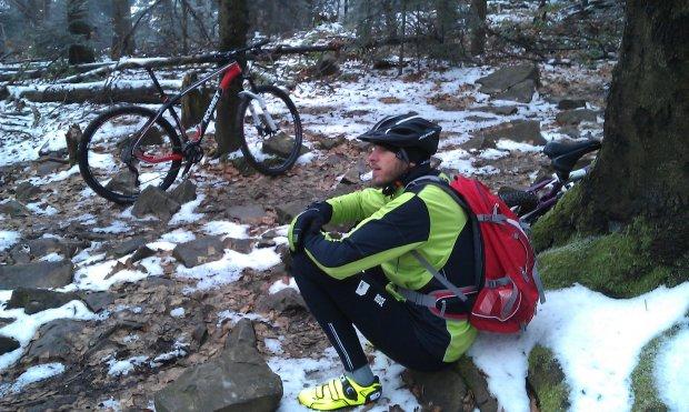 Michał odpoczywa po wspinaczce na górski szczyt
