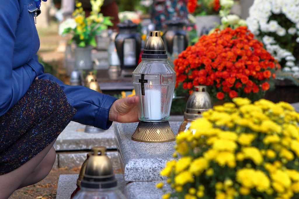 Wizyta na cmentarzu może być początkiem rozpoczęcia rozmów o śmierci