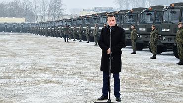 Minister Błaszczak na tle ciężarówek Jelcz