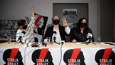 27.10.2020, Warszawa, konferencja prasowa Strajku Kobiet, na zdjęciu od lewej: Klementyna Suchanow, Marta Lempart i Agnieszka Czerederecka