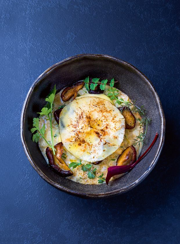 Risotto z selera ze szczypiorkiem - sabayon -grilowane shitake. To hit zimowej karty Affogato - wroli ryżu występuje seler - pokrojony wdrobną kostkę gotowany aldente wwinie ibulionie warzywnym zjasnych warzyw, zdużą ilością masła ioliwy. Do tego ser Grana Padano, szczypiorek, sól ipieprz. Risotto podawane jest zsosem sabayon zamaretto, wktórym sok zcytryny zastąpiono likierem migdałowym amaretto, świetnie komponującym się zgrillowanymi ekologicznymi grzybami shitake.