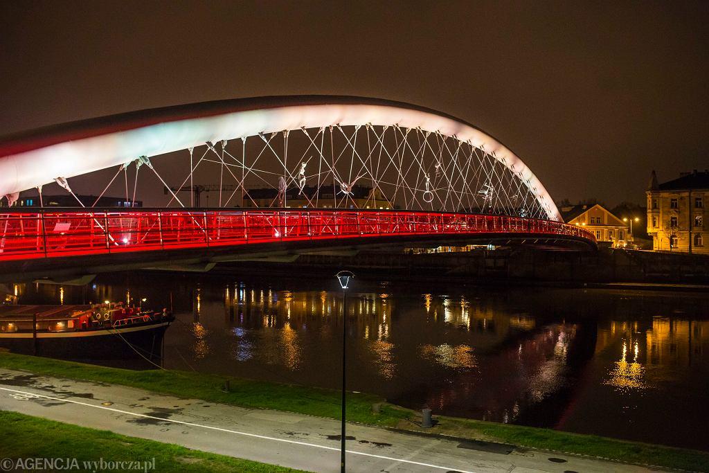 W Święto Flagi wiele miast podświetla najważniejsze obiekty architektoniczne biało-czerwonym światłem.