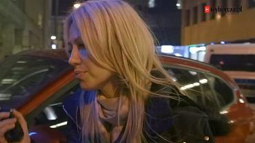 Magdalena Ogórek przed siedzibą TVP Info