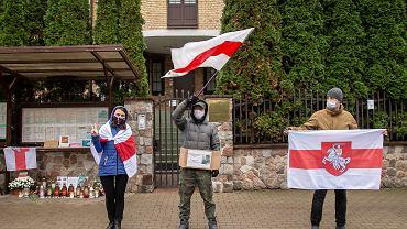 Białoruska diaspora Białegostoku wstrząśnięta jest śmiercią 31-letniego Ramana Bandarenki, który zmarł w wyniku pobicia przez tajniaków. Pod konsulatem, małymi grupkami z biało-czerwono-białymi flagami, Białorusini pełnią 'dyżury pamięci'.
