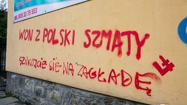 Napisy na domach Romów w Limanowej