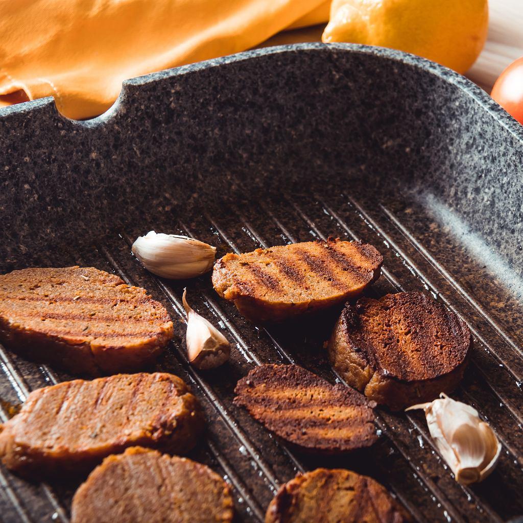 W sklepach można kupić gotowe do smażenia lub pieczenia plastry z seitanu, które zastępują mięsne burgery