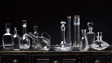 OD LEWEJ: 1. Do whisky, szkło, poj. 0,75 l, 345 zł, Villeroy & Boch   2. Do wina, szkło, poj. 0,75 l, 90 zł, House & More  3. Do wina, kryształ, poj. 0,75 l, 199 zł, BBHome   4. Do wody, szkło, poj. 0,3 l, 129,99 zł, Duka   5. Do wody, szkło, poj. 1,6 l, 69 zł, home&you   6. Do wina, szkło, poj. 0,75 l, 100 zł Malabelle   7. Do wody, szkło, poj. 0,6 l, 47 zł, szyszkowepole.pl   8. Do wody, szkło, poj. 1 l - 89 zł; szklanka-korek - 37 zł, Reset  9. Do wina/wody, szkło,  poj. 0,75 l, 56 zł, szyszkowepole.pl   10. Do whisky, szkło, poj. 0,75 l, 94 zł, garneczki.pl   11.  Do wina, szkło, poj. 0,5 l, 69 zł, home&you Komoda, metal, 141 x 48 cm, wys. 77 cm .1650 zł Malabelle