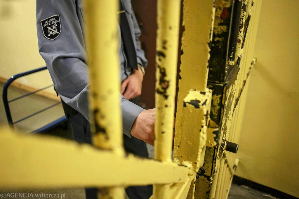 Prokuratura wszczęła śledztwo w kierunku przekroczenia uprawnień przez funkcjonariusza, który miał przekazać więźniowi telefon komórkowy. Zdjęcie ilustracyjne
