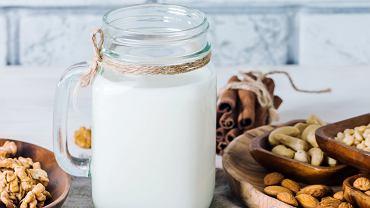 Przygotowanie domowego mleka roślinnego jest proste