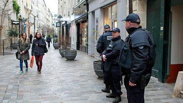"""Policjanci patrolujący francuskie ulice po zamachu na redakcję tygodnika """"Charlie Hebdo"""""""