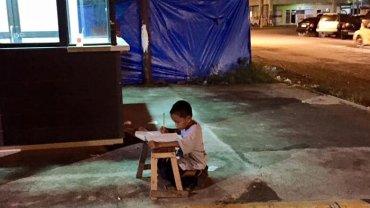 Dziewięcioletni Daniel z Filipin przychodzi pod MCDonalda odrabiać lekcje