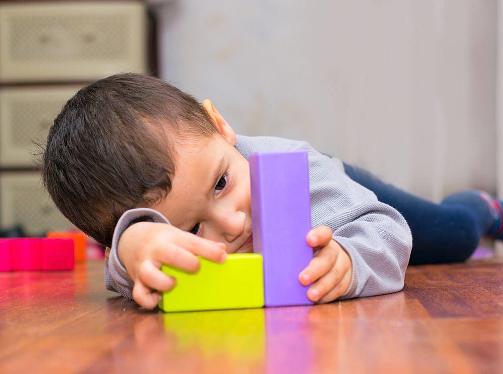 Nietypowe zabawy lub sposób bawienia (choćby znajdowanie innych zastosowań dla przedmiotów), a także wyjątkowe skoncentrowanie na jednym zajęciu to często wyróżnia dzieci z ASD