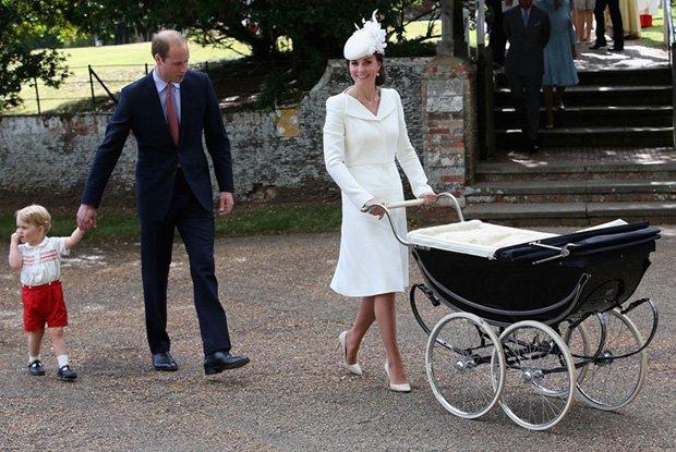 Książę William z synem, księciem George'em, oraz księżna Cambridge z córeczką, księżniczką Charlotte Elizabeth Dianą