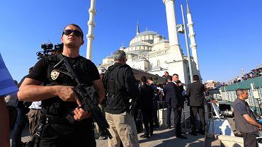 Tureckie siły specjalne pilnujące porządku w czasie pogrzebu ofiar piątkowego puczu