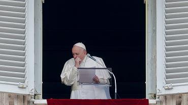 Papież Franciszek podczas modlitwy Anioł Pański w niedzielę w Watykanie.